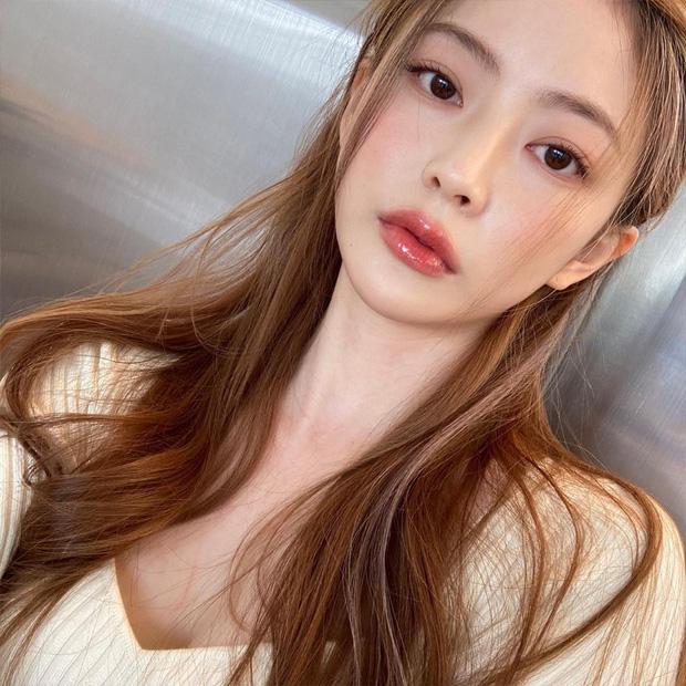 Học gái Hàn nhuộm tóc màu caramel không cần tẩy để makeup đơn giản vẫn xinh, diện đồ là 'auto' trừ tuổi - Ảnh 2