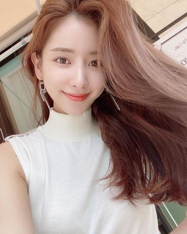Học gái Hàn nhuộm tóc màu caramel không cần tẩy để makeup đơn giản vẫn xinh, diện đồ là 'auto' trừ tuổi - Ảnh 3