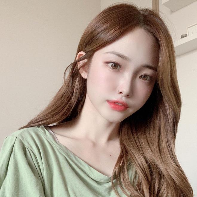 Học gái Hàn nhuộm tóc màu caramel không cần tẩy để makeup đơn giản vẫn xinh, diện đồ là 'auto' trừ tuổi - Ảnh 4