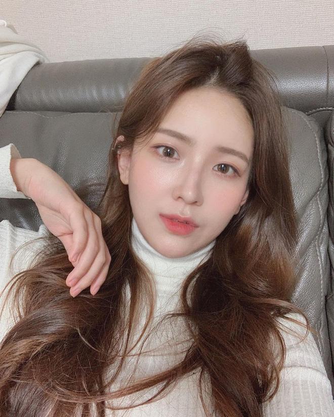 Học gái Hàn nhuộm tóc màu caramel không cần tẩy để makeup đơn giản vẫn xinh, diện đồ là 'auto' trừ tuổi - Ảnh 6