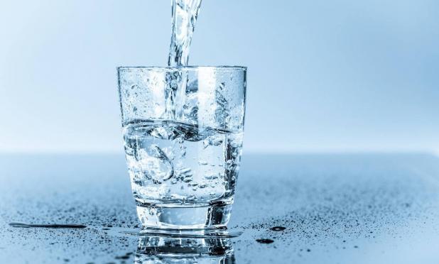 Suýt mất mạng vì uống quá nhiều nước để 'chữa' COVID-19: Bao nhiêu là quá nhiều? - Ảnh 2