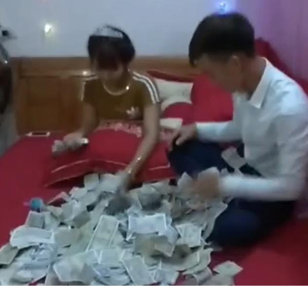 Bạn thân tặng 1,4kg tiền trong đám cưới, cô dâu chú rể phát hoảng khi mở ra - Ảnh 2
