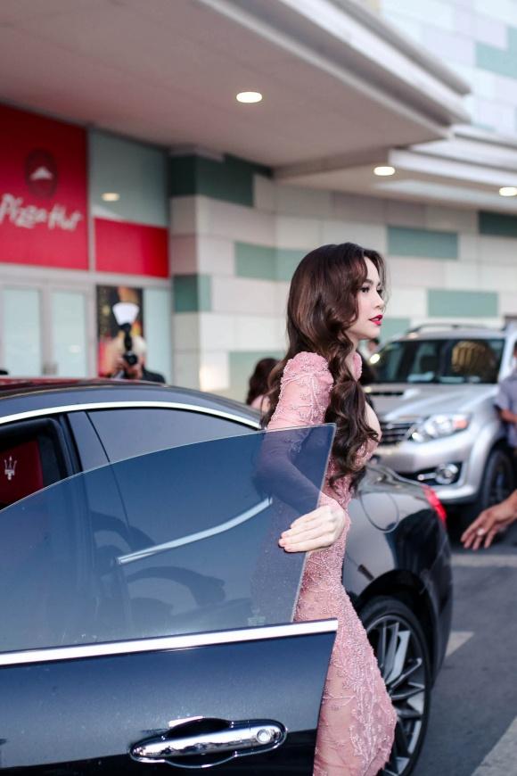 Hà Hồ diện váy táo bạo khoe vòng một, nhẹ nhàng hôn phớt Kim Lý tại sự kiện - Ảnh 1
