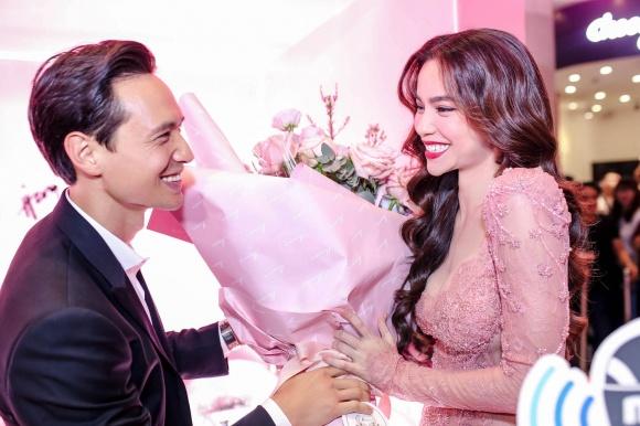Hà Hồ diện váy táo bạo khoe vòng một, nhẹ nhàng hôn phớt Kim Lý tại sự kiện - Ảnh 6