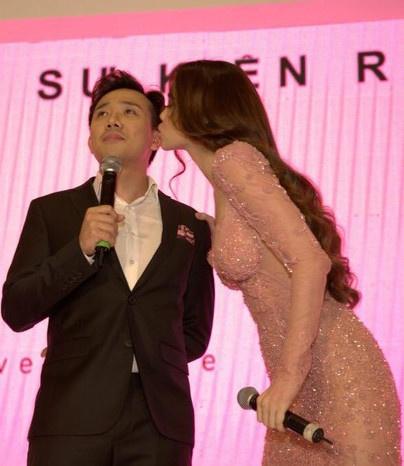 Hà Hồ diện váy táo bạo khoe vòng một, nhẹ nhàng hôn phớt Kim Lý tại sự kiện - Ảnh 11
