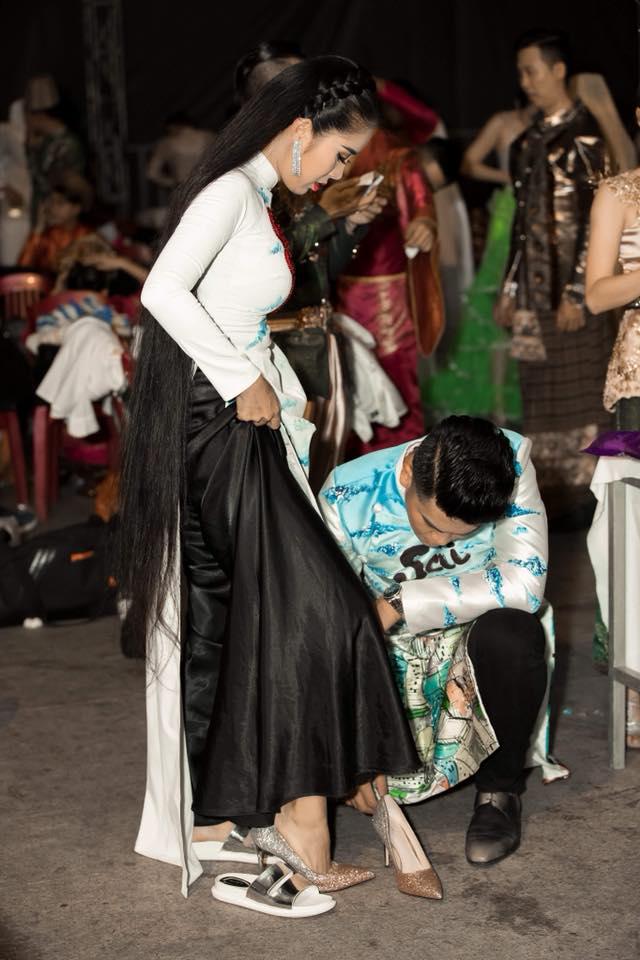 Lê Phương khoe tóc dài chấm gót, được chồng trẻ quỳ gối mang giày giữa chốn đông người - Ảnh 2