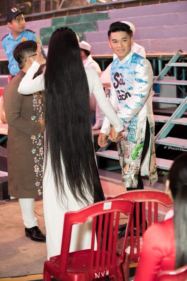 Lê Phương khoe tóc dài chấm gót, được chồng trẻ quỳ gối mang giày giữa chốn đông người - Ảnh 4