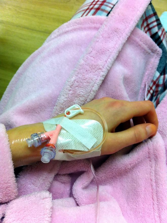 Cô gái Anh 18 tuổi gặp phản ứng phụ khi dùng thuốc tránh thai để trị mụn đến nỗi suýt mất mạng - Ảnh 2