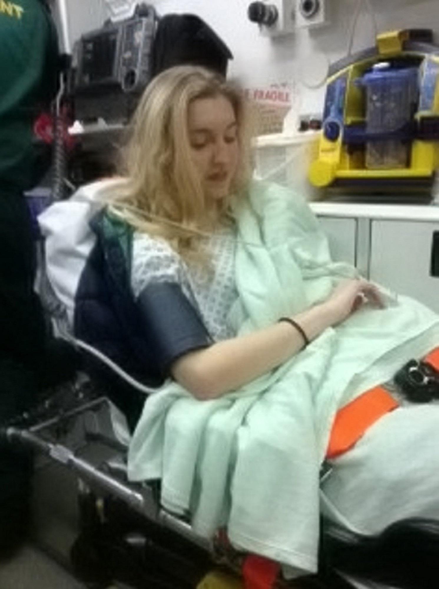 Cô gái Anh 18 tuổi gặp phản ứng phụ khi dùng thuốc tránh thai để trị mụn đến nỗi suýt mất mạng - Ảnh 3