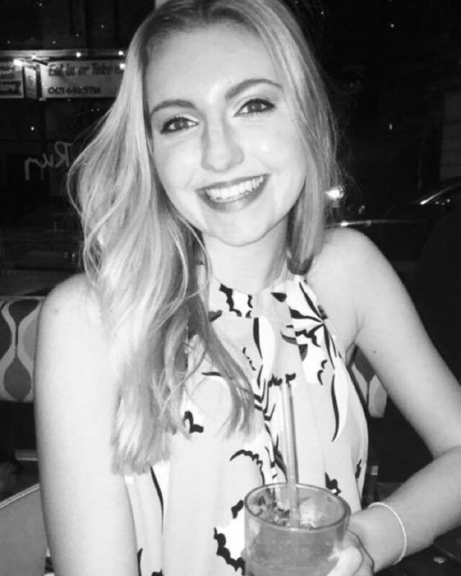 Cô gái Anh 18 tuổi gặp phản ứng phụ khi dùng thuốc tránh thai để trị mụn đến nỗi suýt mất mạng - Ảnh 4