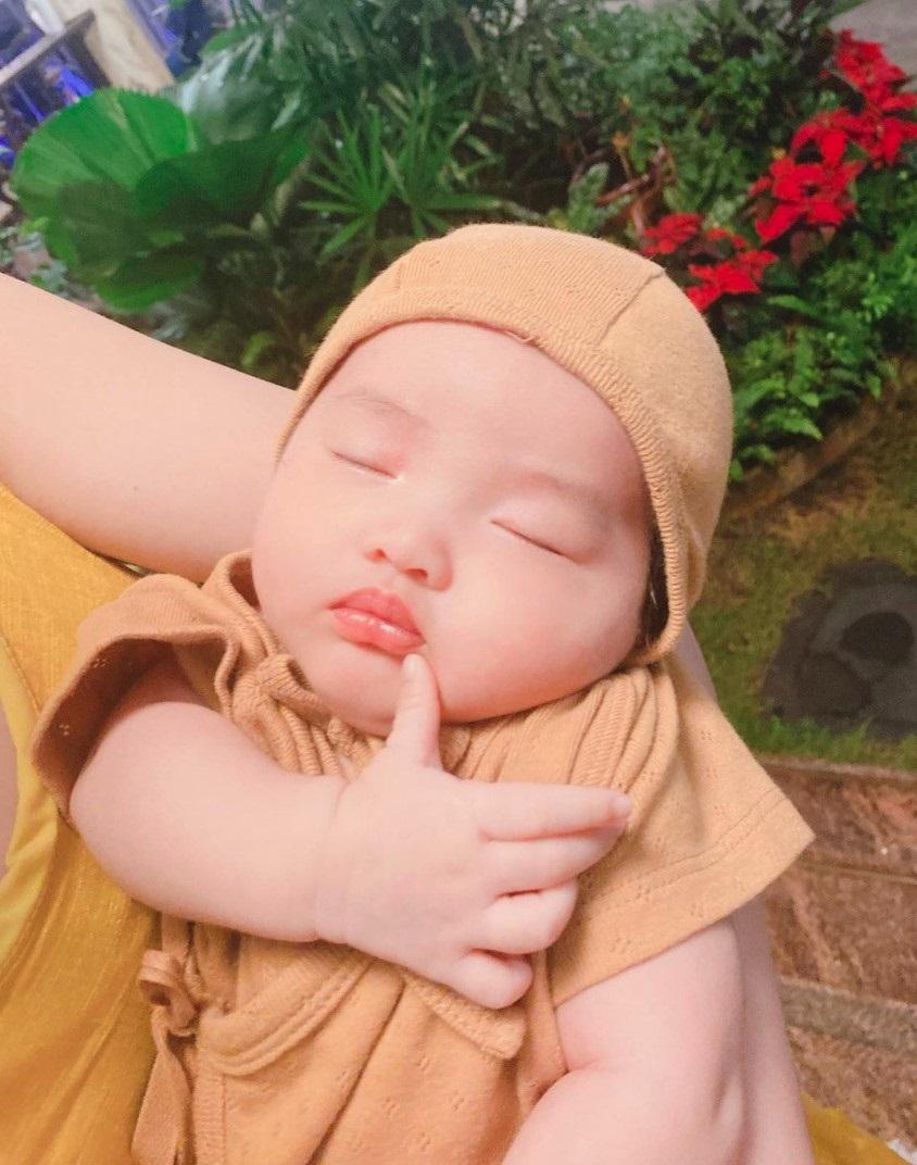 """Gia đình Đông Nhi - Ông Cao Thắng và Phạm Quỳnh Anh hội ngộ, netizen chỉ chú ý đến """"thế lực nhí"""" Winnie vì 1 chi tiết - Ảnh 3"""