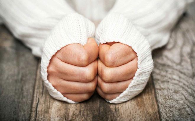 Bàn tay lạnh là dấu hiệu của nhiều căn bệnh, đừng xem thường để rồi hối không kịp - Ảnh 1