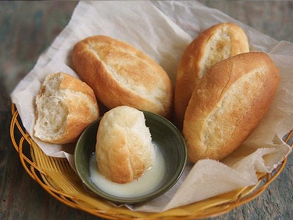 """Bánh mì chấm sữa - Món ăn sáng của người Việt đang gây sốt cộng đồng quốc tế: Ăn thế nào mới thực sự """"đạt chuẩn""""?"""