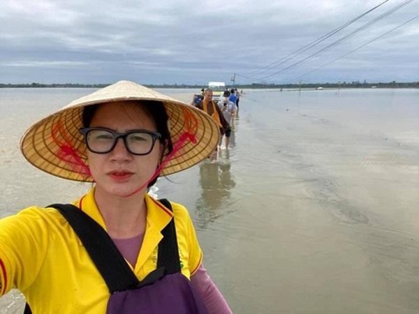 Bị bùng xuồng máy, Trang Trần tức giận vì 900 suất cơm cứu trợ bà con có nguy cơ đổ bỏ