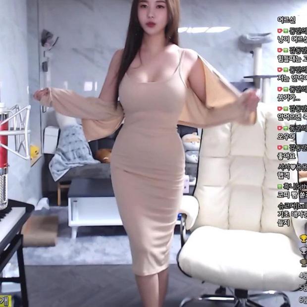 Bị fan nghi ngờ về việc 'hack cheat vòng một', nữ streamer xinh đẹp livestream luôn cảnh vào bệnh viện chứng thực ngực tự nhiên - Ảnh 2
