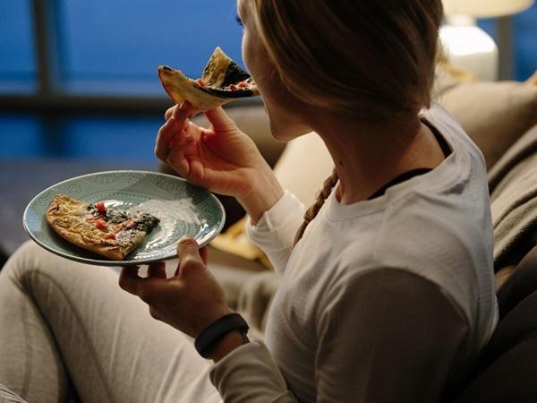 Buổi tối ăn quá nhiều thứ khiến bạn có nguy cơ gặp phải một trong 6 vấn đề sức khỏe sau