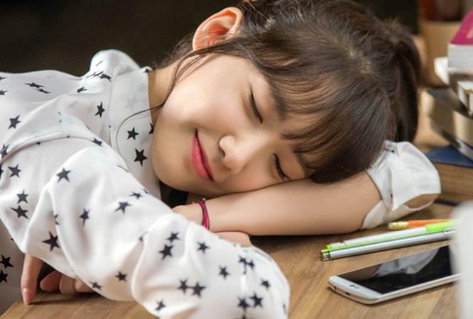 Buồn ngủ liên miên cả ngày là triệu chứng của nhiều bệnh nguy hiểm, không ai được xem thường - Ảnh 1