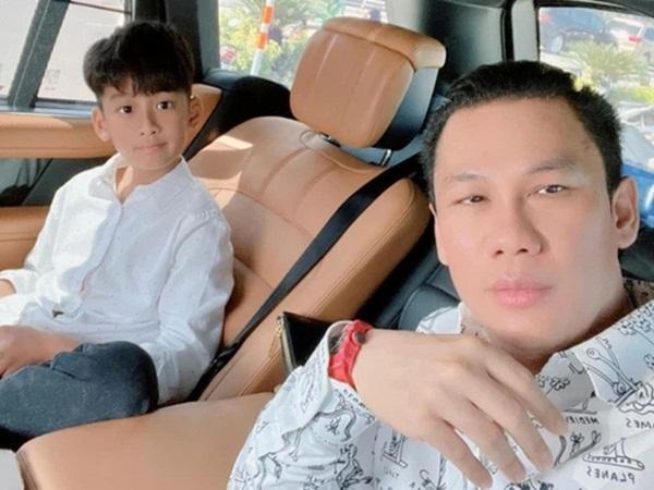 Chồng cũ đại gia của Lệ Quyên đăng ảnh cùng con trai, thừa nhận không phải là người cha hoàn hảo