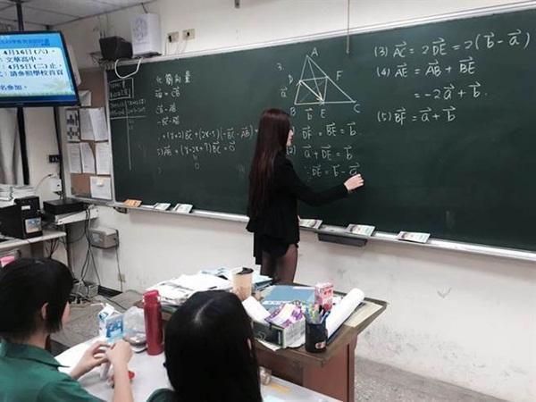 Cô giáo xinh đẹp gây sốt mạng xã hội vì mặc quần siêu ngắn để lộ cả vòng 3 khi đứng lớp