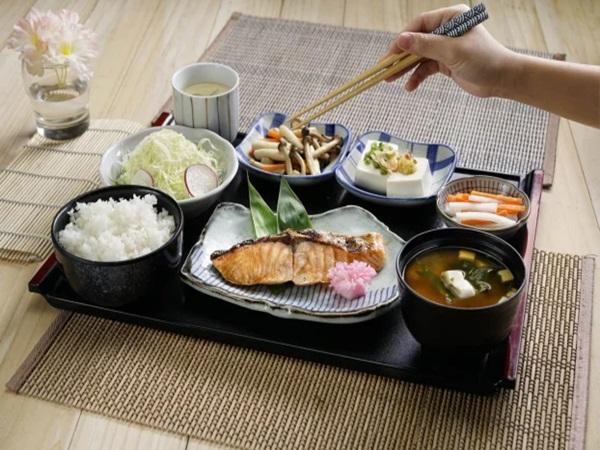 Có nên ăn cơm chan canh, vừa ăn vừa uống cùng một lúc?