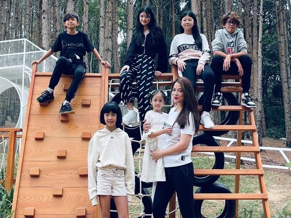 Con gái Trương Ngọc Ánh, Hà Kiều Anh và Bình Minh chụp ảnh chung: Dân tình choáng ngợp vì 1 chi tiết chứng minh các mẹ nuôi con quá đỉnh