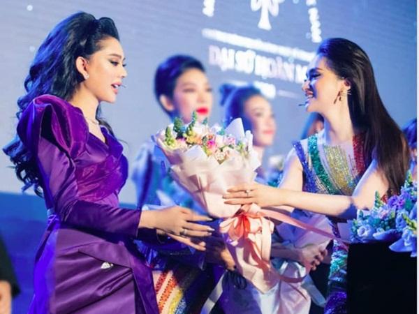 Cuối cùng Lâm Khánh Chi - Hương Giang đã khép lại ồn ào cạch mặt, tất cả nhờ màn hội ngộ tại chung kết Đại Sứ Hoàn Mỹ mới đây