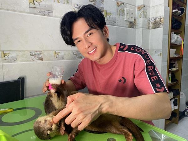 """Đan Trường tặng lại 2 chú rái cá cho sở thú, hy vọng """"thú cưng"""" được sống trong môi trường tự nhiên"""