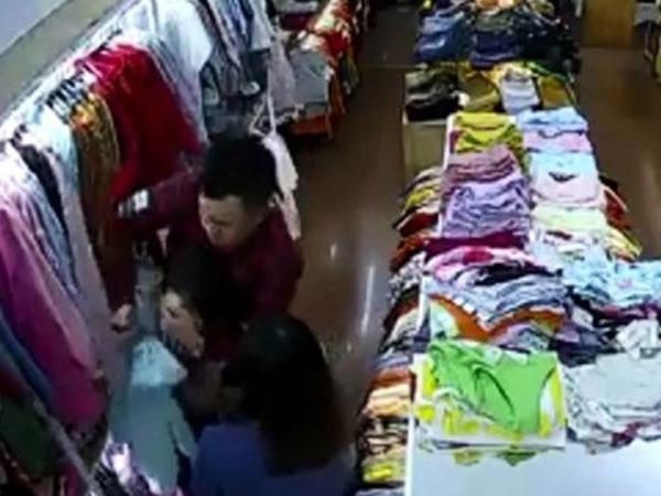 Đôi nam nữ xông vào shop đâm nữ nhân viên bán hàng nhiều nhát liên tiếp