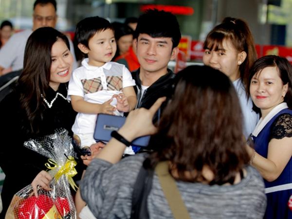 Đưa con trai về nước dự sự kiện, vợ chồng Đan Trường gây chú ý tại sân bay, Thiên Từ được fan vây kín tặng quà