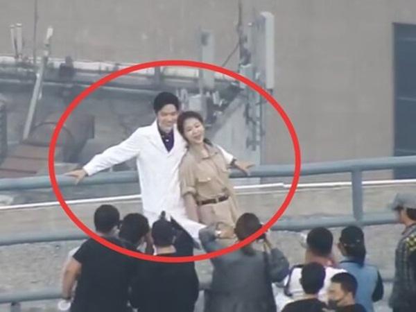 Dương Tử và Tiêu Chiến lại lộ ảnh thân mật ở hậu trường, cảm giác couple thế này thì lên phim còn ngọt ngào cỡ nào?