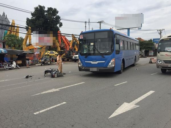 Hà Nội: Một xe máy bị hất văng khi cố vượt xe buýt đang quay đầu