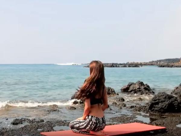 Diện đồ 'nửa kín nửa hở' tập yoga trên bãi biển, gái xinh khiến cánh mày râu  bấn loạn với chi tiết này