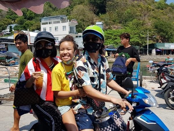 Khoe ảnh du lịch cùng gia đình, danh hài Việt Hương bất ngờ bị dân mạng bắt lỗi vi phạm luật giao thông