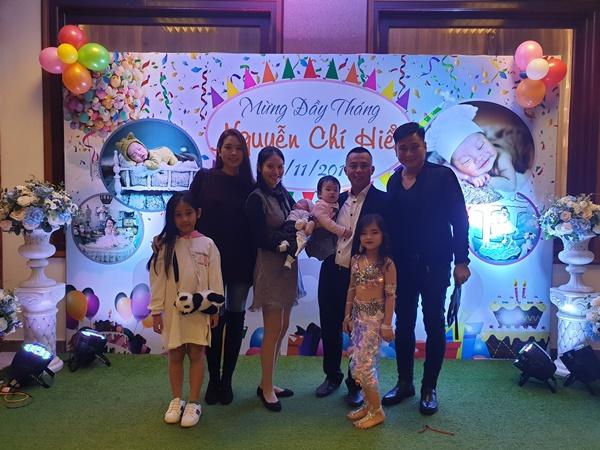 Lộ hình ảnh hiếm hoi trong tiệc đầy tháng con thứ hai của vợ chồng Chí Anh – Khánh Linh