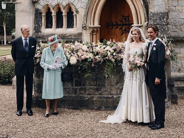 Lý do vợ chồng Công nương Kate và nhà Sussex vắng mặt trong hôn lễ công chúa nước Anh cùng hành động trái ngược của 2 gia đình