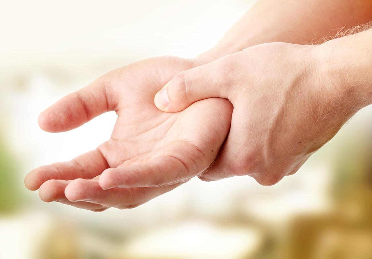 Nếu thấy bàn tay xuất hiện những dấu hiệu bất thường này, đến gặp bác sĩ ngay kẻo không kịp - Ảnh 1