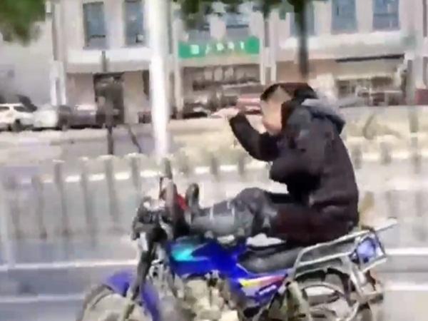 Người đàn ông thả hai tay, lái xe bằng chân và hành động kỳ lạ khiến nhiều người bức xúc