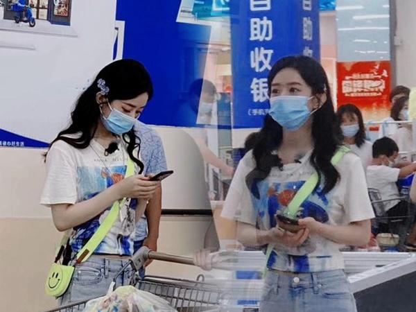 """""""Nhà hàng Trung Hoa 4"""": Triệu Lệ Dĩnh lộ cảnh đi siêu thị mua sắm, kẹp tóc hoa che kín mặt mà vẫn đẹp xuất sắc"""