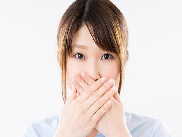 Nha sĩ tiết lộ nguyên nhân phổ biến nhất khiến hơi thở nặng mùi và cách tự kiểm tra miệng mình có bị hôi không