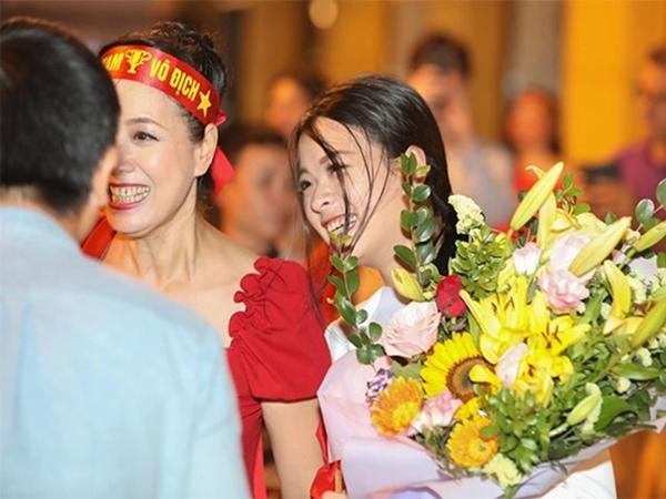 NSƯT Chiều Xuân và con gái 'gây bão' với loạt ảnh xuống phố mừng đội tuyển Việt Nam chiến thắng