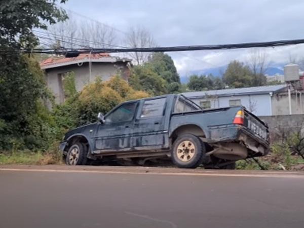 Phát hiện chiếc xe bị lật bên vệ đường, người đàn ông tiến gần đến xem thì bàng hoàng khi thấy thứ này phía dưới bánh xe