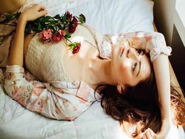 """Phụ nữ khi ngủ không nên nằm lâu ở 2 tư thế này vì sẽ làm tổn thương tử cung và """"vòng 1"""" rất nhanh"""