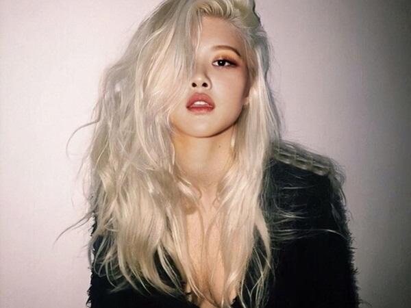 Rosé (BLACKPINK) để tóc bạch kim, diện áo xẻ sâu khoe ngực táo bạo khiến dân tình bấn loạn nhưng hóa ra là 'một cú lừa'