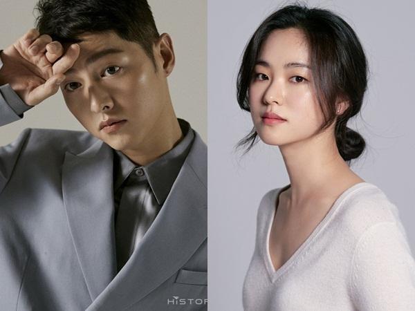 """Song Joong Ki """"bị dụ"""" làm trùm mafia, bén duyên với """"gái ế"""" Jeon Yeo Bin ở dự án phim mới"""