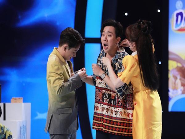 """Trấn Thành bị Hari Won """"lột"""" hết phụ kiện hàng tỷ đồng trên sân khấu"""