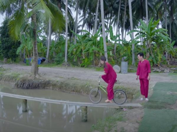 Trường Giang, Puka liều mình đi xe đạp qua cầu khỉ và cái kết khiến dân mạng cười lăn cười bò