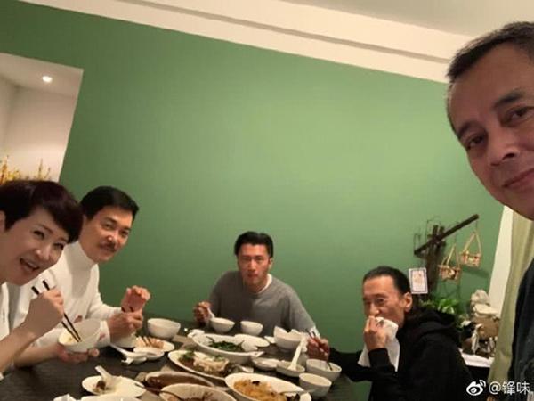 Vương Phi vắng mặt trong tiệc gia đình Tạ Đình Phong