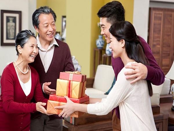 3 'tuyệt chiêu' giúp bạn thoát cảnh vợ chồng lục đục chuyện biếu quà Tết cho gia đình hai bên