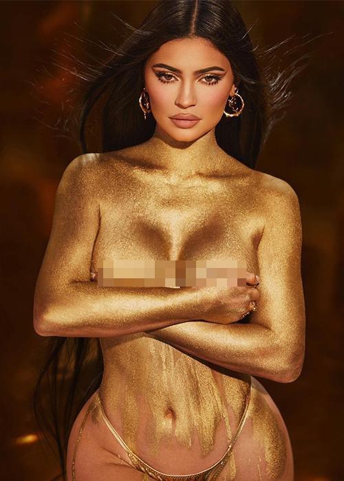"""Kylie Jenner tung bộ ảnh phô diễn đường cong bán nude đón tuổi mới, khẳng định """"vàng 24K cho tuổi 24"""" - Ảnh 2"""