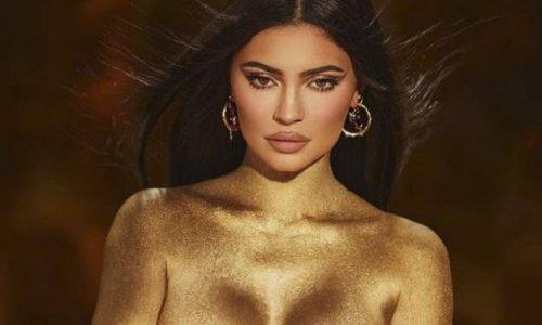 """Kylie Jenner tung bộ ảnh phô diễn đường cong bán nude đón tuổi mới, khẳng định """"vàng 24K cho tuổi 24"""" - Ảnh 1"""